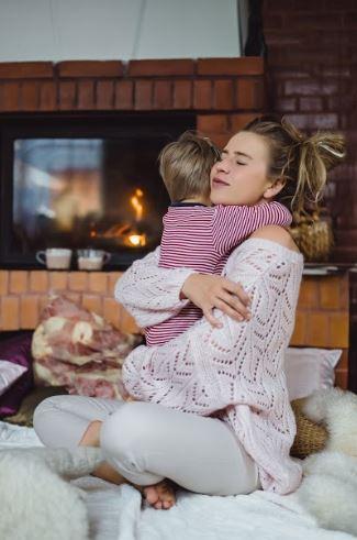 mujer abraza a niño